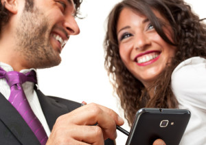 male-female-customers-smartphone-SMS-customer-service-tips
