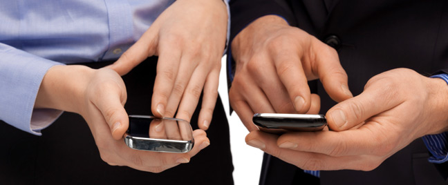 male-female-executives-business-owners-smartphone-SMS-customer-service-tips