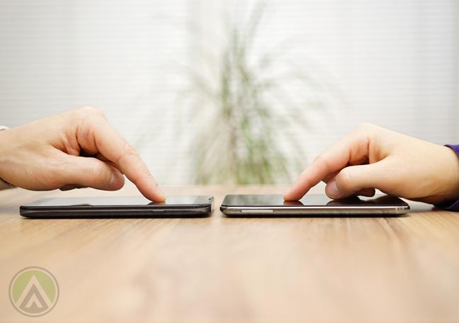 hands-pointing-smartphones