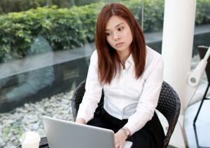 annoyed-female-using-laptop
