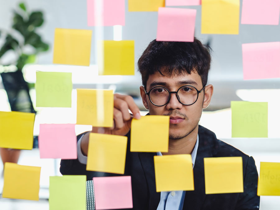 call center manager reading data from post it notes
