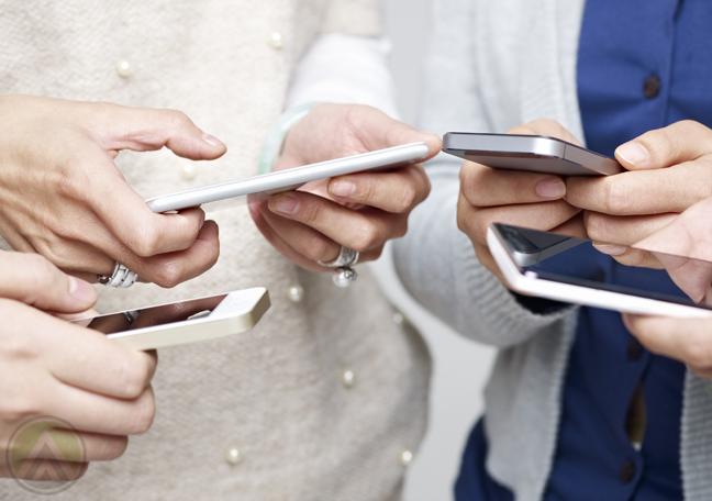 multiple-hands-using-smartphones
