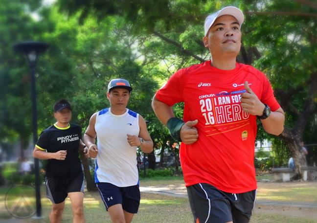 nyc marathoners running in park